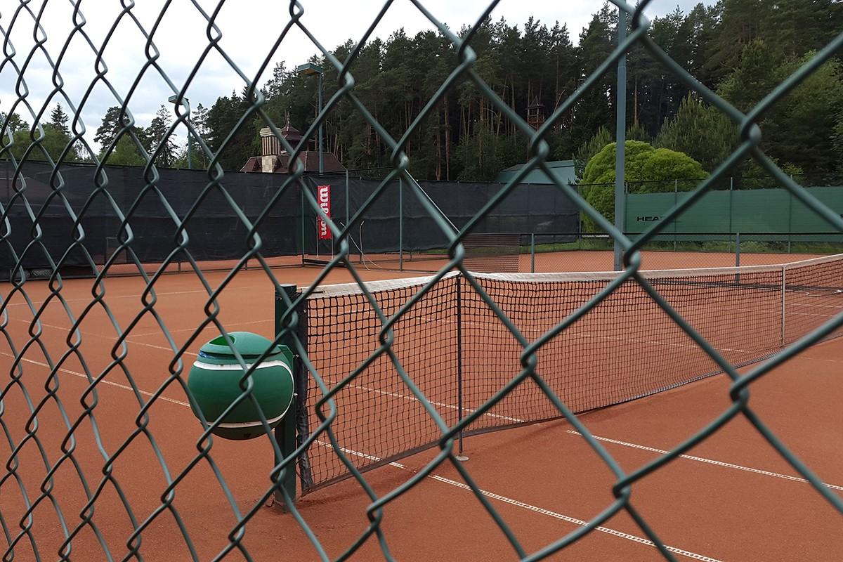 Теннисный корт в поселке Николино