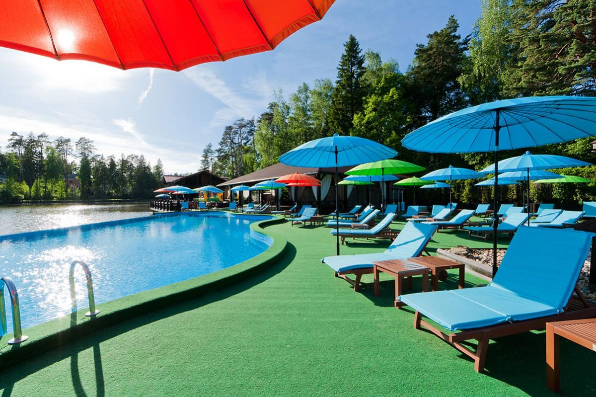 Зона с бассейном ресторана Chester Ferry, поселок Николино