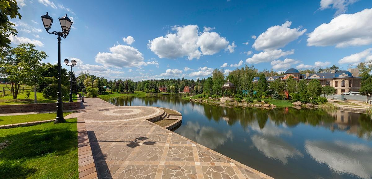 Набережная озера на Семенковском поле, поселок Николино