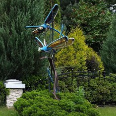 Скульптура Стрекозы в поселке Николино