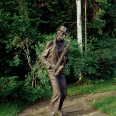 Скульптура Уличный музыкант в КП Николино
